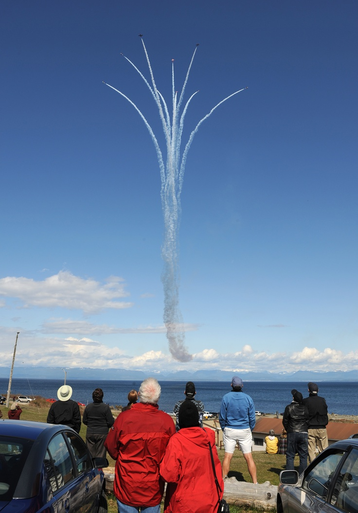 "April 17, 2009 - Comox, British Columbia. ""Spectators watch as the Canadian Forces Snowbirds perform the Canada Burst over Comox Beach during a rehearsal flight.""     CF Photo by MCpl Robert Bottrill"