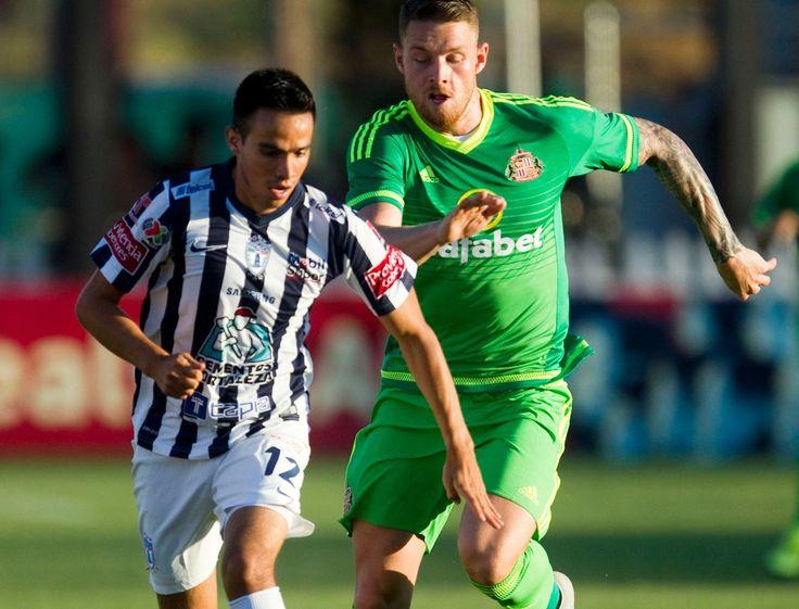 Sunderland's Connor Wickham (R) in action against CF Pachuca's Heriberto Olvera