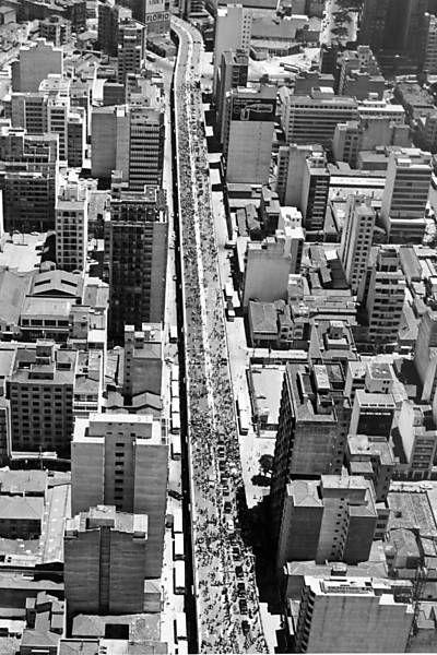 A imagem mostra o dia da inauguração do Minhocão, em 24 de janeiro de 1971. Maluf abriu a pista às 10h30 em comemoração aos 417 anos da cidade de São Paulo