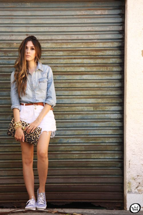 Shorts jeans branco, camisa jeans, tênis