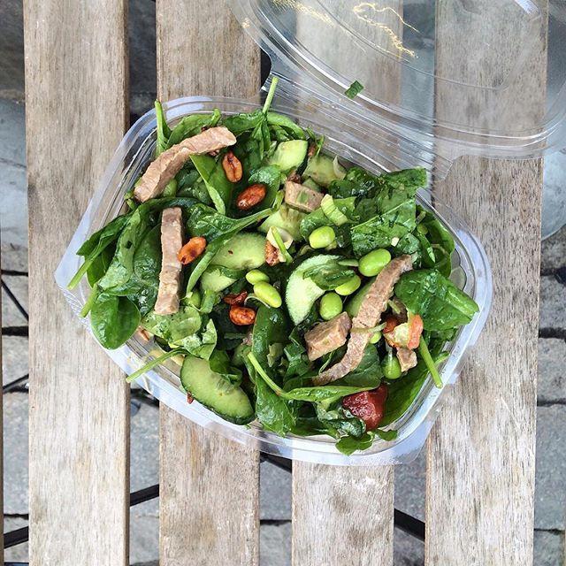 Mandag betyder takeaway fra den lokale #salatpusher 🙌🏼🍉🍃 salat med spinat, chili ristede peanuts, lime saft,  okse inderlår, forårsløg, chili olie og vandmelon.