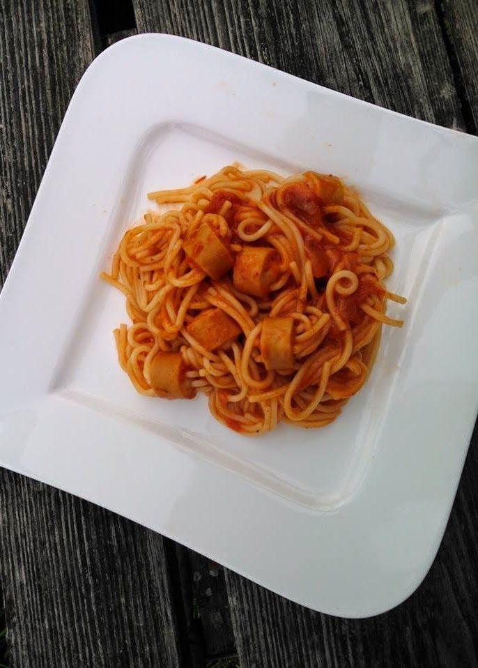 Poezja Smaków: Parówki nadziewane makaronem spaghetti, w sosie pomidorowym.