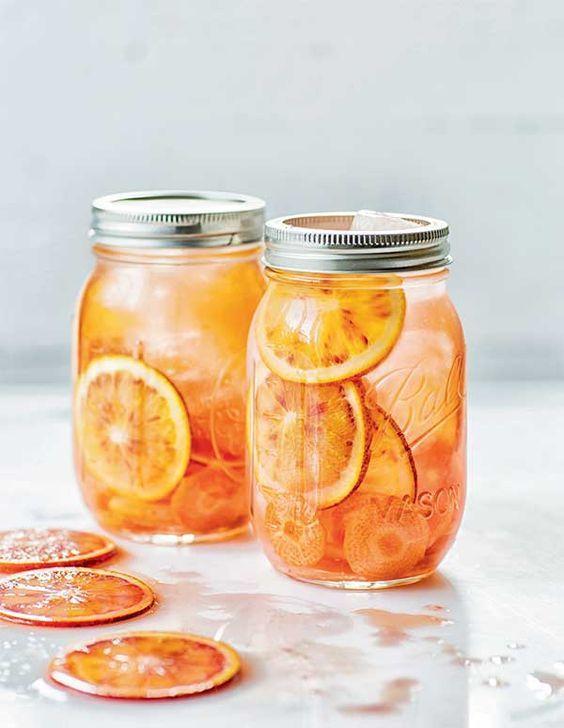 Brossez l'orange et la carotte. Coupez-les en fines rondelles à la mandoline.  Placez les rondelles d'orange et de carotte au fond du...: