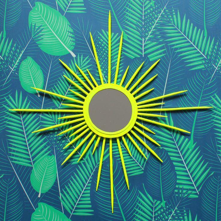 DIY / NEON SUNBURST MIRROR Diesen knallgelben Sunburst-Mirror könnt ihr mit meiner Anleitung ganz einfach und vor allem supergünstig selbermachen!  <3 #sunburstmirror #diy #greenery #pantone #mirror #starburst #spiegel #neon #yellow #gelb #interior #midcentury #design #vintage #retro #doityourself