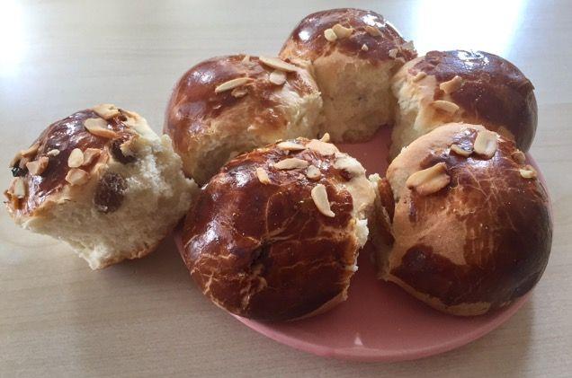 Yumuşacık üzümlü paskalya çöreği tarifi nasıl yapılır? Paskalya tarifi , Orjinal paskalya tarifi ,Paskalya yapımının püf noktaları nedir?Mayalı çörek tarif