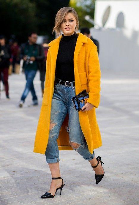 Kristina porte à merveille le jaune moutarde sur une tenue sobre et élégante: un jean boyfriend et une paire d'escarpins noire. #streetstyle