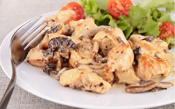 Kuşbaşı şeklinde doğranmış fileto tavuk etleri ile sotelenen kestane mantarları, kremalı sosunda piştikten sonra sıcak sıcak servis ediliyor.