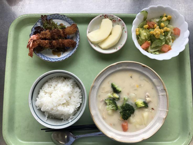 12月26日。鶏のクリームシチュー、エビフライ、きゅうりとコーンのサラダ、りんごでした!鶏のクリームシチューが特に美味しかったです!641カロリーです