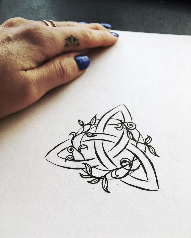 "2,975 gilla-markeringar, 37 kommentarer - Nicky Kumar (@nickykumarart) på Instagram: ""I made this triquetra tattoo design for my best friend Michelle. It will be placed on her left…"""