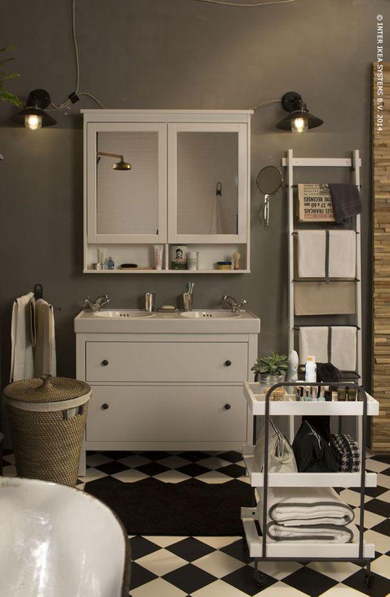 Geef je badkamer een retro look. De handige HEMNES badkamerkast heeft zowel aan de buiten- als aan de binnenkant spiegels en extra opbergruimte onder het kastje.