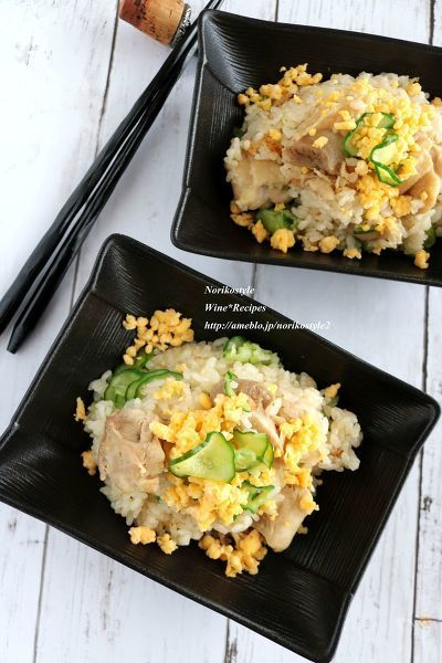 簡単シンプルな鶏肉の炊き込みご飯に、塩揉みきゅうりを混ぜてできあがり。鶏肉のうまみとさっぱりきゅうりが夏に嬉しいご飯です。夏休みのお昼ご飯にオススメです。