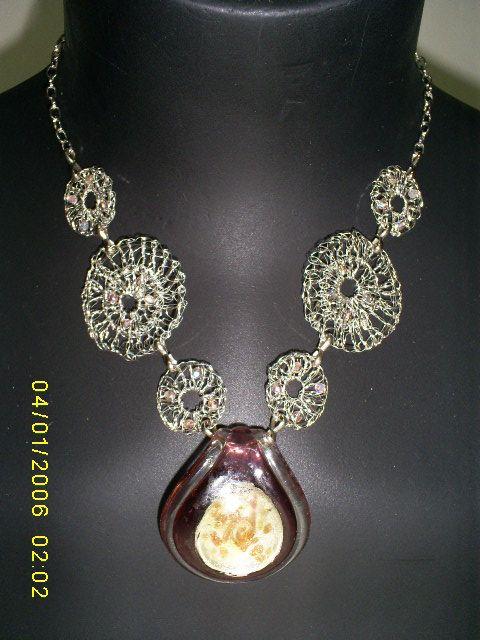 Collar tejido a crochet con cristales checos y colgante de vidrio