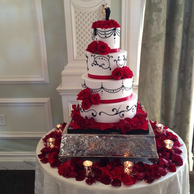 Beautiful roses floral decor on wedding cake
