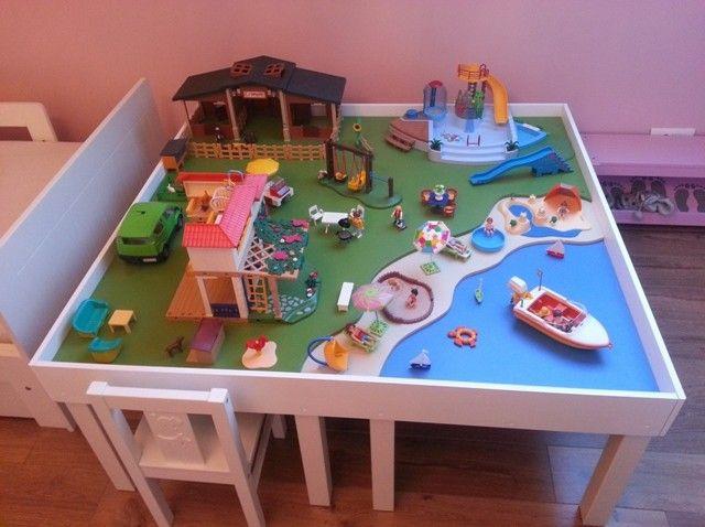 Matériel : – 4 x LACK, Table d'appoint 55x55cm, blanc (200.114.13) ou – 1 x LACK, Table basse 90x55cm, blanc (000.950.36) Description : Après plusieurs recherches sur le web et n'ayant pas trouvé mon bonheur, j'ai décidé de me lancer dans la construction d'une table de jeux pour les playmobils de ma fille. J'ai commencé par acheter 4 petites tables pour enfants 55cm x 55cm chez Ikea (environ 7€ / table): Puis j'ai chez acheté à la découpe dans un grand magasin 3 planches d'aggloméré ép 10mm…
