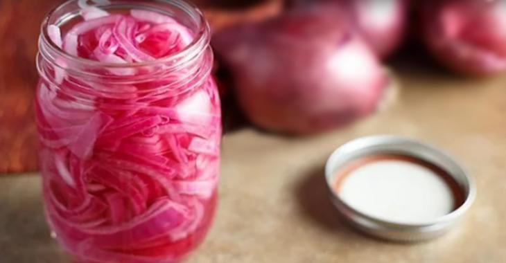 Oignons rouges marinés, vous devriez en avoir un pot dans votre réfrigérateur en tout temps!