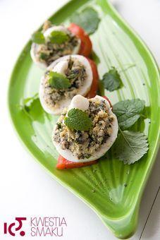 Przepis na faszerowane pieczarkami jajka z majonezem. Jajka na twardo z majonezem, jajka na imieniny i święta.
