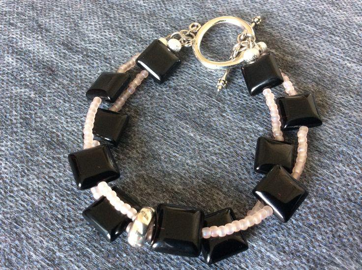 O brăţară specială, formată din două şiruri ce combină negrul intens şi lucios al pietrelor semipretioase Onix cu rozul mărgeluţelor Toho şi închizătoare Toogle. O bijuterie care îţi aduce energie pozitivă zi de zi.  bijuterii.micky@gmail.com #bijuteriilucratemanual