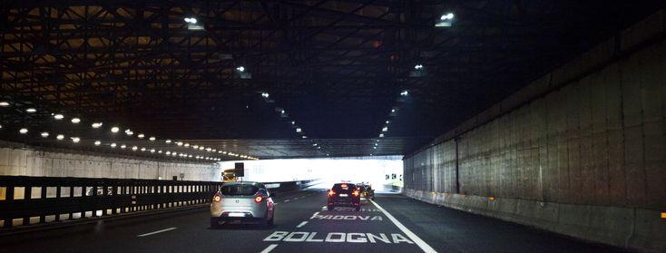Progetto in A1 - Bologna (Italia) con l'apparecchio TLED di AEC Illuminazione per illuminazione di tunnel efficiente a LED.