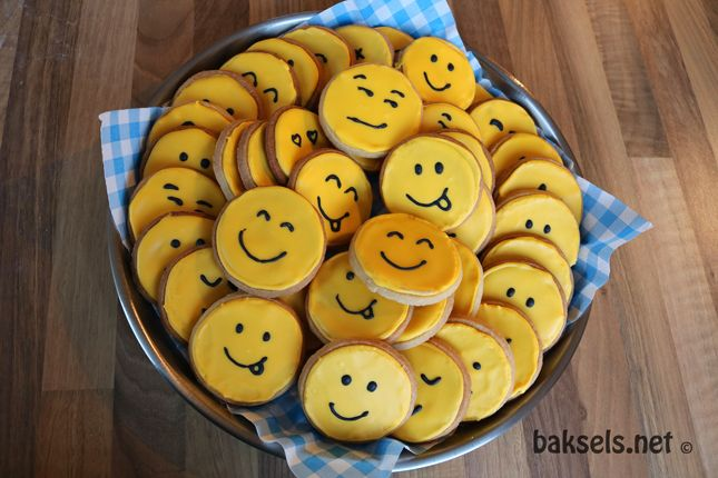 Smiley koekjes, super coole #traktatie Recept: http://www.baksels.net/site/emoticonkoekjes/