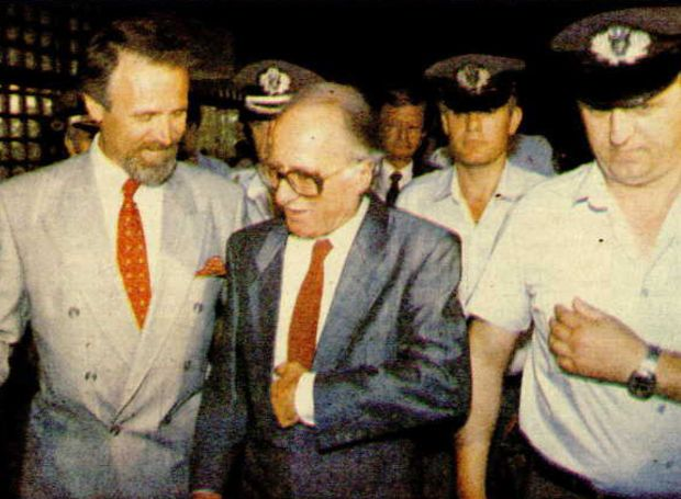 Ένα από τα σκάνδαλα της πρώτης διακυβέρνησης του ΠΑΣΟΚ (1981-1989), που είχε ως αποτέλεσμα την παραπομπή ενός κυβερνητικού στελέχους, του αναπληρωτή Υπουργού Οικονομικών Νικολάου Αθανασόπουλου, στο Ειδικό Δικαστήριο (Υπουργοδικείο)...