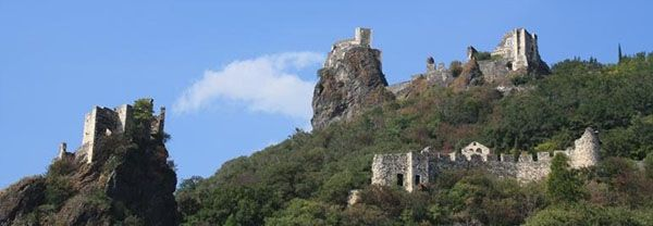 Le site de Rochemaure est remarquable. Le château assez ruiné et dont les parties les plus anciennes datent du 12°s, est construit sur un piton de basalte. La basse cour, au nord, est occupée par un hameau récemment rems en état. Au pied du château, sur le coteau descendant vers le Rhône, se trouve les vestiges d'une vaste enceinte d'environ 3 hectares. Le seigneur des lieux, qui a tiré sa fortune du commerce sur le Rhône, a abandoné le château au cours du 17°s