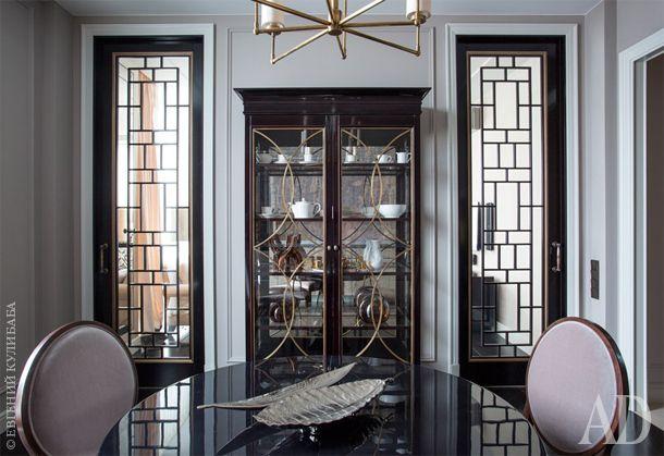 Буфет в столовой изготовлен по эскизам автора из шпона красного дерева, с латунным узором на дверцах. В вечернее время он выглядит более торжественно за счет подсветки.