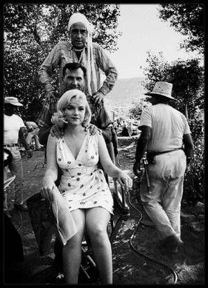 """1960 / RALPH ROBERTS : MASSEUR ET CONFIDENT / Date de naissance : 16 août 1916, à Salisbury, Caroline du Nord. /  Date de décès : 30 avril 1999, à Salisbury, Caroline du Nord. Il avait étudié la physiothérapie et connaissait bien les problèmes musculaires liés aux acteurs. Masseur (et acteur) particulier de Marilyn. Il était étudiant de la Méthode STRASBERG, à """"l'Actors Studio"""", comme Marilyn, et était devenu ami de la famille STRASBERG. Il inspira également le personnage du masseur (et…"""