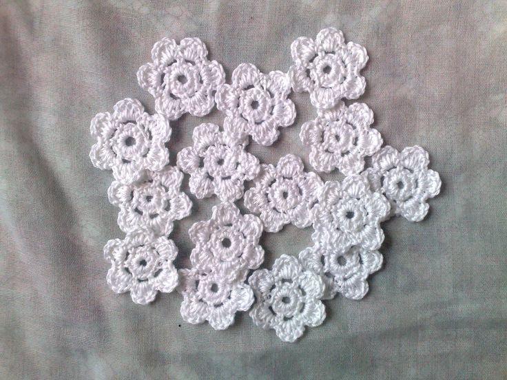 Blütenweiße Häkelblumen, 15 kleine gehäkelte Blumenapplikationen von HaekelshopSetervika auf Etsy