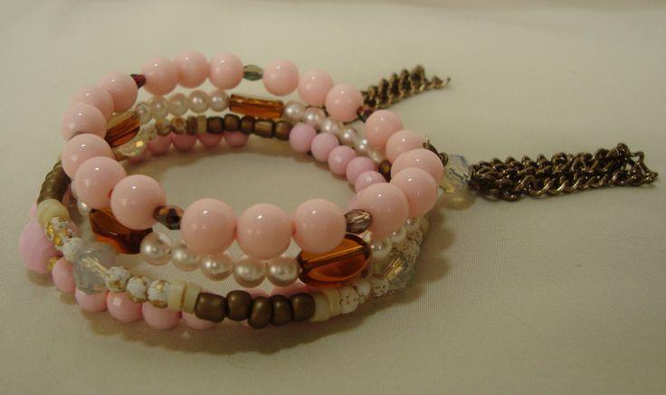 pulseira na cor Rosa Quartzo com 3 voltas na mola com pingentes de correntes acompanhando as tendências