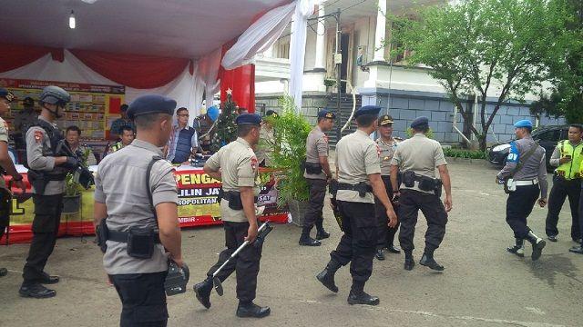 Jakarta - Polri mengamankan sejumlah gereja yang menggelar misa Natal. Polisi menerapkan pengam...