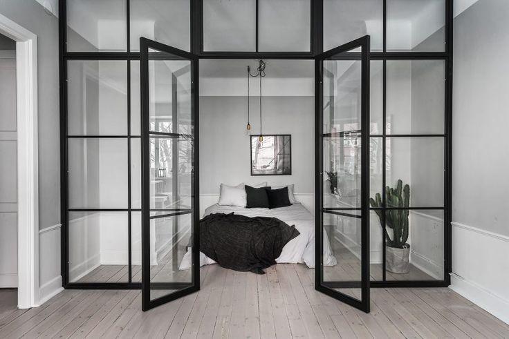 Fantastiska glasdörrar, moderna inslag och en välstylad lägenhet utöver det vanliga. Den här veckan kunde vi inte få nog av den här tvårummaren i Fredhäll i Stockholm.