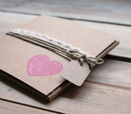 Caja para detalle, con cuerda, etiqueta y sello.