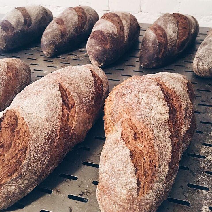 Bom dja!  Aproveite que hoje é último dia de entregas grátis na Com amor e peça o seu pão integral tradicional ou australiano!.  A partir de segunda estaremos com a taxa de entrega fixa de $2 para qualquer lugar em Londrina!  Com amor Bolo.