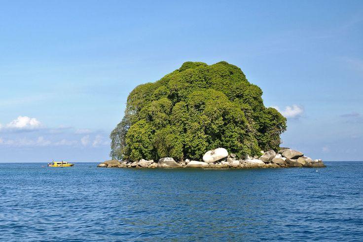 Isla Tioman #Malasia Till today, the island bears startling resemblance to a sleeping dragon. (nature)