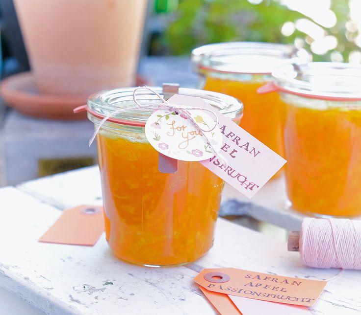 Die Passionsfrüchte sorgen in dieser Kombination für Säure und verhindern, dass sich die Äpfel braun verfärben. Der Safran rundet das Aroma ab.