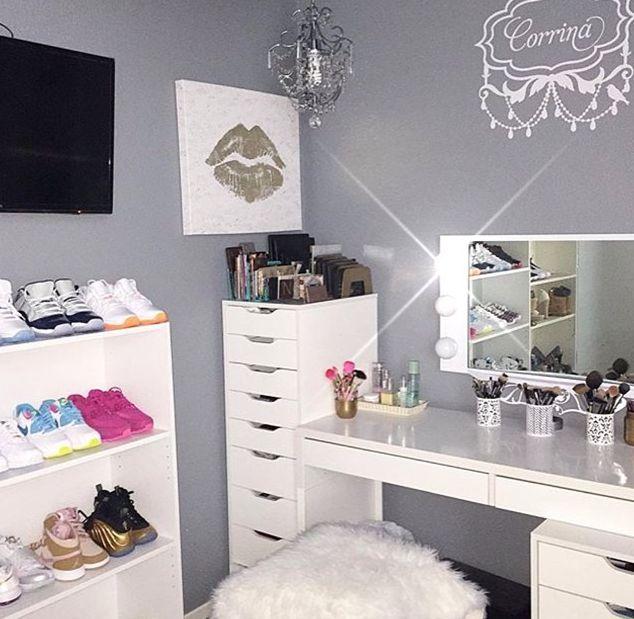 Me encanta!!! White Hollywood Vanity Room | Photo | Room Credit @corrina_e via IG