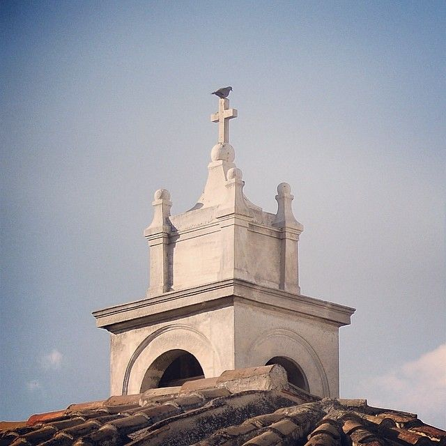 The beautiful bell tower top of Agioi Anargyroi Kolokynthoi Church or just an amazing throne for this bird. (Walking Athens, Route 04 - Plaka)