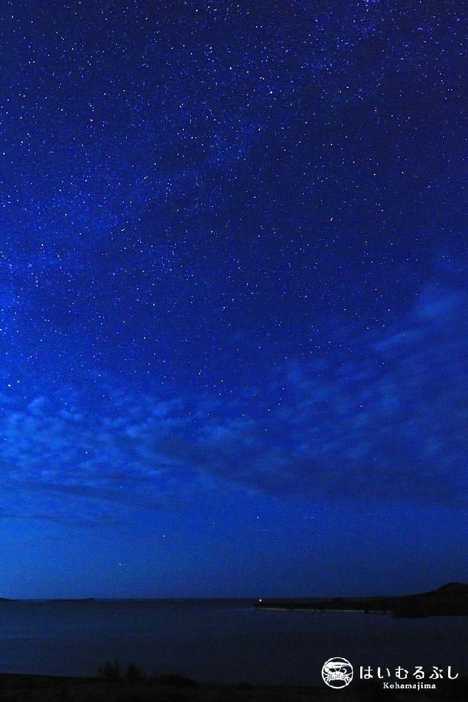 小浜島アカヤ湾の夜景を撮影。 満天の星空とウロコ雲が綺麗に撮れました。 撮影者:はいむるぶしスタッフ竹澤雅文