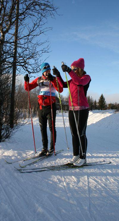 En deltager øver på den moderne måten å stake på. Learn2Ski-instruktør Fredrik viser.  Dette er fra Learn2Skis skisamling på Beitostølen.