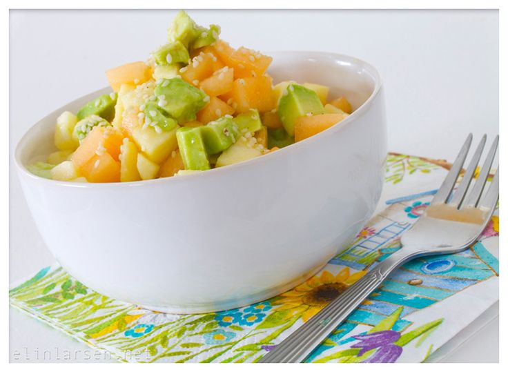 Våren nærmer seg med stormskritt, og med varmere og lysere tider i møte får jeg lyst på salat. Salat er litt typisk sommermat (ikke like fristende på vinteren). Avokadosalat for 1 pers 400 g valgfri melon 2 modne avokado 1 rødt, søtt eple 2 ss limesaft 2 ss økologisk kaldpresset olivenolje 1/2 ss sesamolje Skjær …