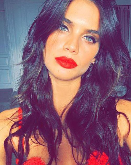Look beauté à copier pour une sortie du week-end, soirée : la bouche rouge de Sara Sampaio, cheveux wavy messy, eye liner cat eye
