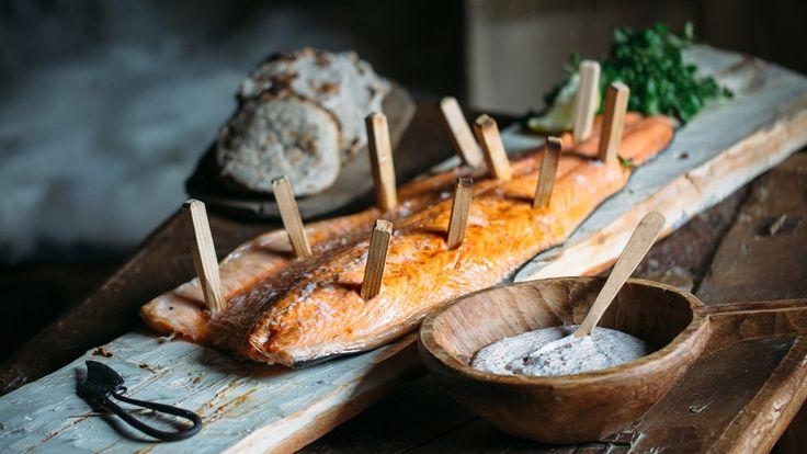 Laks på vikingvis med flatbrød og skagenrøre