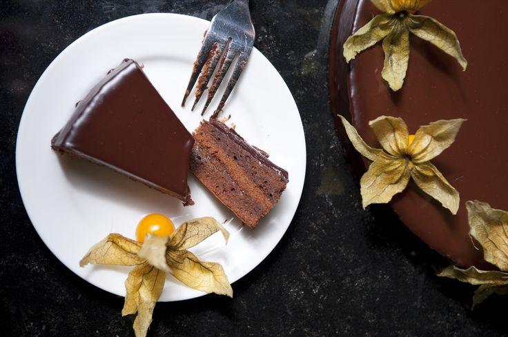 Przepis na tort Sachera: Tort Sachera to prawdziwy austriacki klasyk. Nie będę się zbytnio rozwodził, wystarczy, że powiem, że jest to bardzo dobry przepis na Sachera! Smacznego!