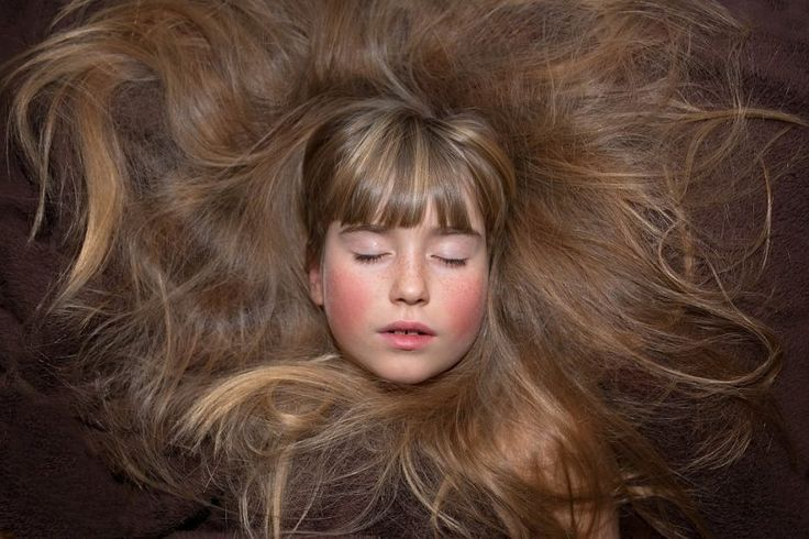 Jednoduchý trik pro zdravé a lesklé vlasy: V hlavní roli domácí směs a alobal
