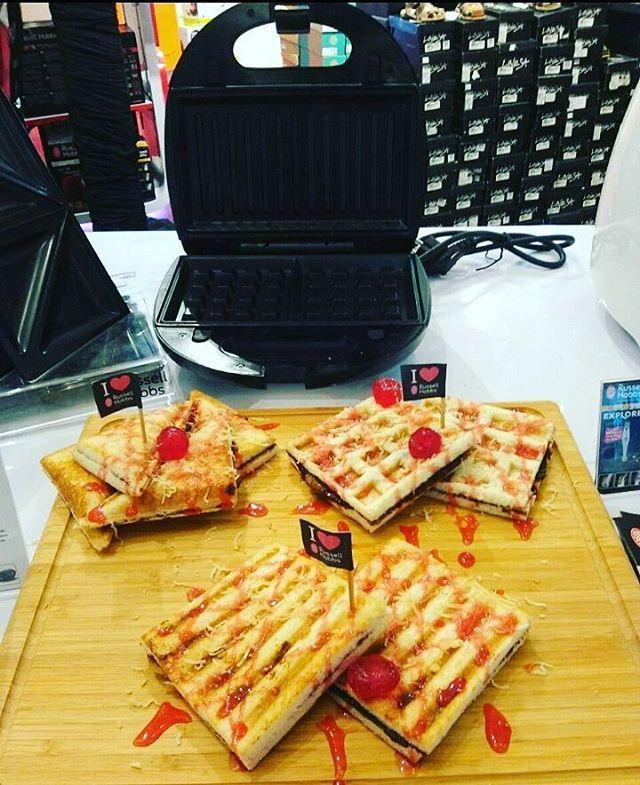 Our team demo present : 🍔Sandwich toaster, 🍕Waffle, 🍪Toast bread, using Fiesta 3in1 Russell Hobbs.  Fiesta 3in1 sangat mudah digunakan dan mudah diganti plat nya. Cocok untuk penggemar sandwich atau makanan ringan yang tidak ingin terlalu banyak peralatan mengisi lemari.  Healthy food, taste good, healthy life. I love home I love Russell Hobbs #okebuyid #russellhobbsid #waffle #fiesta3in1 #grill #sandwich #kitchengadget #kitchentools #ilovehome #iloverussellhobbs #healthyfood #tastegood…