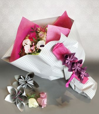 Atelier du fleuriste - Légèreté Printanière. A simple and pretty way to dress up and present a bunch of flowers #clayrtons #DIY #bouquet #origami #wrapping