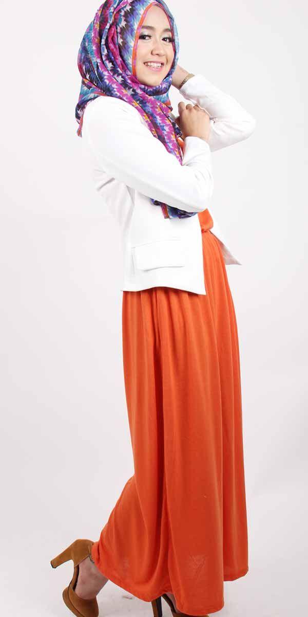 toko-baju-online-jual Classic vintage Dini Djoemiko dengan blazer putih, padukan maxi dress warna cerah. Seruuu!
