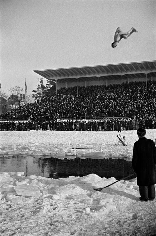 Hulluja hyppyjä uimahyppy- ja hengenpelastusnäytöksessä. Kuva: Helsingin kaupunginmuseo / Väinö Kannisto 1946.