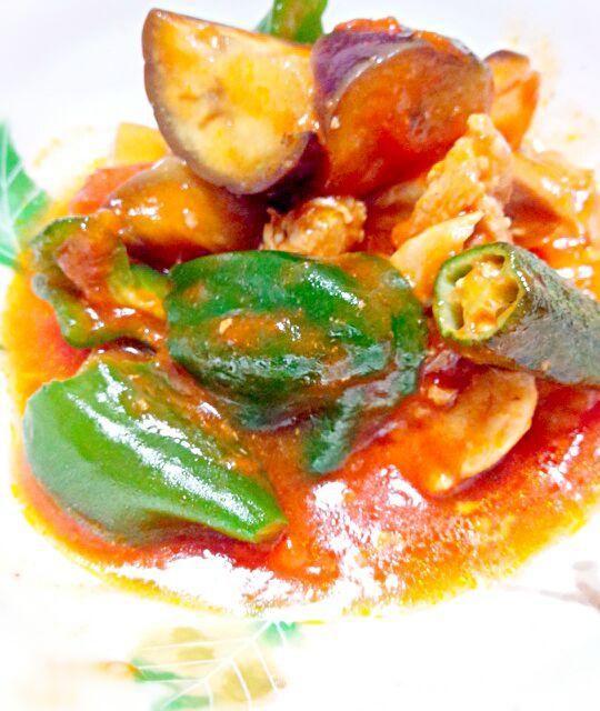 冷蔵庫にあった野菜を市販のパスタソースで炒めました。 時間が無いときは楽々が(・∀・)イイ!! 因みに野菜はナス・ピーマン・オクラです。 - 9件のもぐもぐ - 鶏肉と夏野菜のトマトソース炒め by 小埜坂桂華
