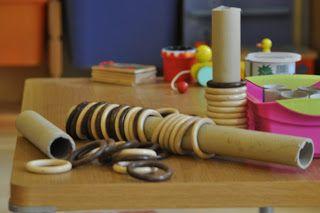gioco euristico con tubi di cartone rigido e anelli di legno